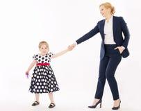 有握手的小女儿的年轻母亲 免版税库存照片