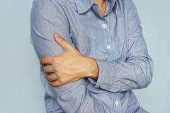有握病的二头肌的手的衬衣的人 在我的胳膊的痛苦 疼痛二头肌 麻醉皮下注射 关节炎,关节, inflamma 免版税库存照片
