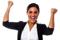 有握紧拳头的激动的妇女 免版税图库摄影