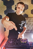 有搅拌器的年轻人DJ工作 免版税库存图片