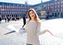 有搜寻新的地方的地图的愉快的年轻旅游妇女在西班牙 在欧洲概念附近的旅游业方面 图库摄影
