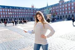 有搜寻新的地方的地图的愉快的年轻旅游妇女在西班牙 在欧洲概念附近的旅游业方面 库存图片