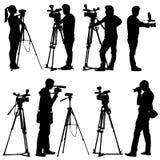 有摄象机的摄影师。在白色的剪影 库存照片