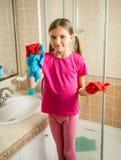 有摆在卫生间的猪尾的女孩,当做清洗时 库存照片