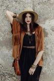 有摆在岩石墙壁的首饰的时髦的boho妇女 美好的h 免版税图库摄影