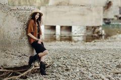 有摆在河的首饰的时髦的boho妇女 美丽的吉普赛人 库存图片
