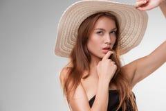 有摆在演播室的帽子的美丽的女孩 图库摄影