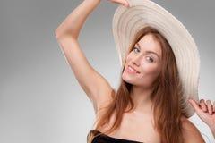 有摆在演播室的帽子的美丽的女孩 库存照片