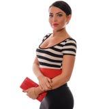 有摆在演播室的红色钱包的美丽的性感的深色的女孩 库存照片