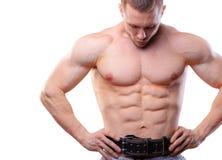有摆在白色的举的传送带的肌肉人隔绝了背景 免版税图库摄影