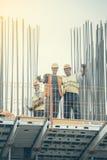有摆在2的夹子的建筑工人 免版税库存图片