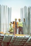 有摆在4的夹子的建筑工人 免版税库存图片