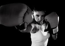 有摆在defia的女孩红色拳击手套的拉丁健身妇女 库存图片