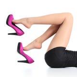 有摇晃紫红色的高跟鞋的美好的妇女的腿 免版税库存照片