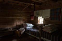 有摇篮内部木房子的立陶宛地道卧室 库存照片