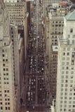 有摩天大楼和汽车通行的繁忙的城市街道 顶视图 免版税库存图片