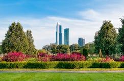 有摩天大楼的在背景中,美国芝加哥格兰特公园 免版税图库摄影