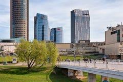 有摩天大楼的街市和白色桥梁在市中心维尔纽斯 库存照片
