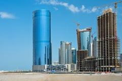 有摩天大楼建筑的阿布扎比新的区 免版税图库摄影