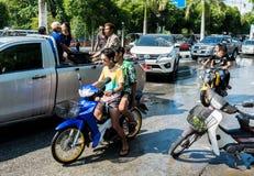 有摩托车的少年戏剧粉末的在水节日天歌曲Kran天 免版税图库摄影