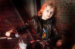 有摩托车的男孩 免版税库存照片