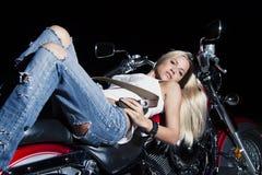 有摩托车的年轻美丽的女孩 免版税库存图片
