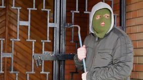 有撬杠的强盗在门附近 股票视频