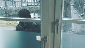 有撬杠进入房子的断裂门的夜贼 影视素材
