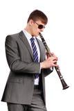 有播放单簧管的太阳镜的新音乐家 免版税图库摄影