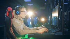 有播放计算机的一个人的Gameclub室 影视素材