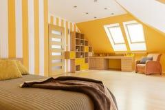 有操作范围的顶楼明亮的卧室 图库摄影