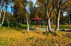 有操场摇摆集合的充满活力的秋天森林 免版税库存照片