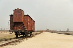 有支架的铁路平台,在奥斯威辛的教练 免版税库存照片