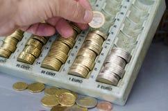 有改变金钱的硬币的手 免版税库存照片