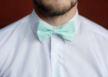 有改正他的bowtie的胡子的人 免版税库存图片