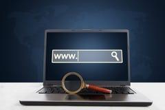 有放大器和浏览器页的膝上型计算机 免版税库存照片