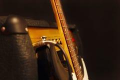 有放大器的经典电吉他在黑背景 免版税库存图片