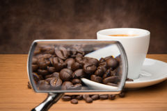 有放大镜的咖啡杯 图库摄影