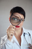 有放大镜的医生 库存照片