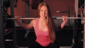 有放松在健身房的毛巾和振动器的健身女孩 股票视频