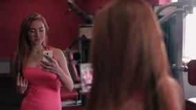 有放松在健身房的毛巾和振动器的健身女孩 股票录像