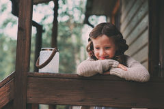 有放松在晚上的蜡烛台的儿童女孩在舒适乡间别墅 库存图片