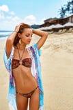有放松在海滩的性感的适合比基尼泳装身体的夏天女孩 免版税库存图片