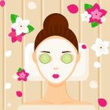 有放松在温泉的面部面具的少妇 免版税库存图片