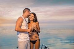 有放松在游艇的女孩的人 免版税库存照片
