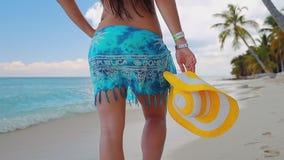 有放松在热带海滩的帽子的女孩 暑假在多米尼加共和国和加勒比岛 股票录像
