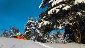 有放置在雪和拍照片的照相机的摄影师 股票视频