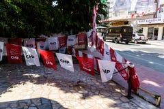 有政党旗子的-土耳其土耳其夏天镇街道 库存图片