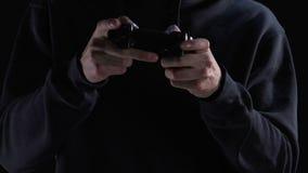 有效地按的游戏玩家在控制杆按,控制他的真正个性 股票录像