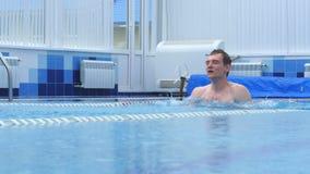 有效地游泳在游泳池的年轻人 影视素材
